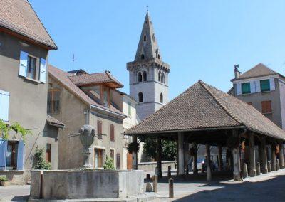 La halle la fontaine et le clocher de l'eglise
